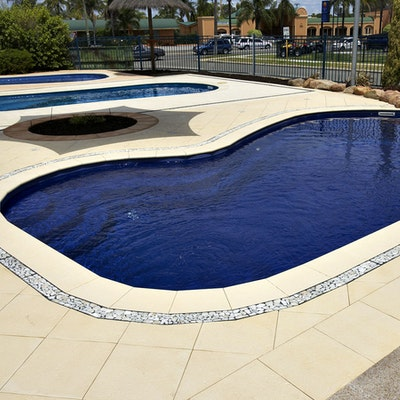 Sandstone Ridge Paver, Riverstone in Charcoal Base